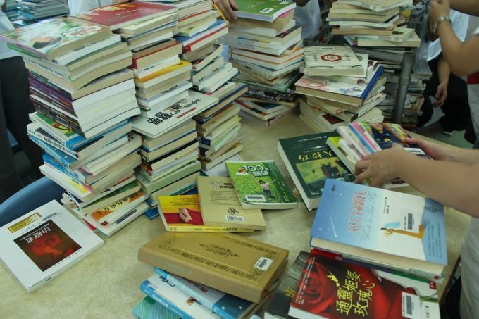 蘭嶼高中圖書室分類工作進行中