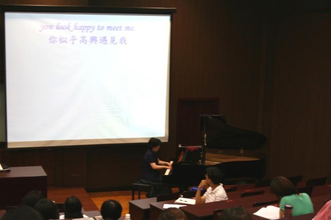 7/23下午場:北藝大音樂系陳美鸞教授以播放音樂、影片以及親自彈奏樂曲片段的方式,讓學員體驗如何欣賞音樂作品。