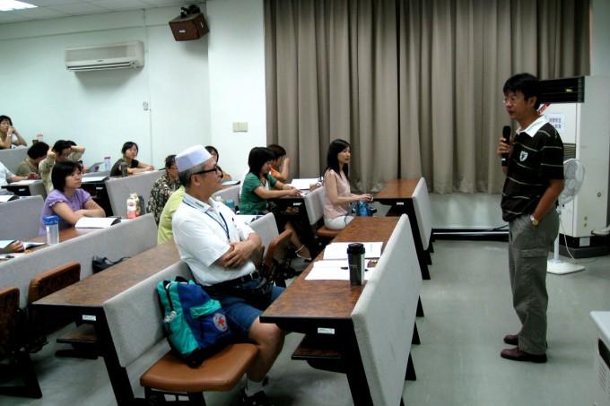 7/25上午場:知名作家/臨床心理師游乾桂老師進行主題為「不一樣的閱讀與不一樣的書寫」的演講。